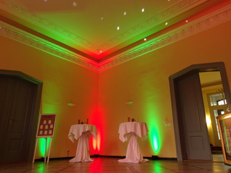 Ambiente und Uplighting im Schloss Kröchlendorf bei einer Hochzeit