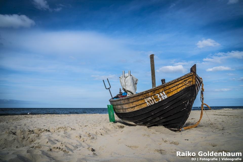 Strand in Kölpinsee mit Fischerboot